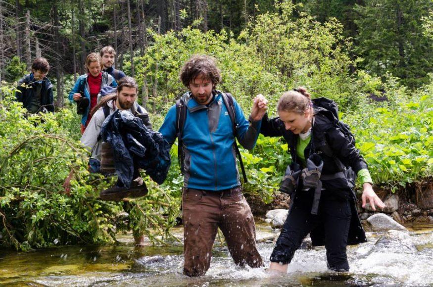 Jano Markoš pomáha študentke na workshope v divočine s Erikom Balážom. FOTO - Archív SI