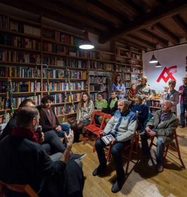 Kníhkupectvo je aj priestorom pre diskusie. FOTO - Artforum