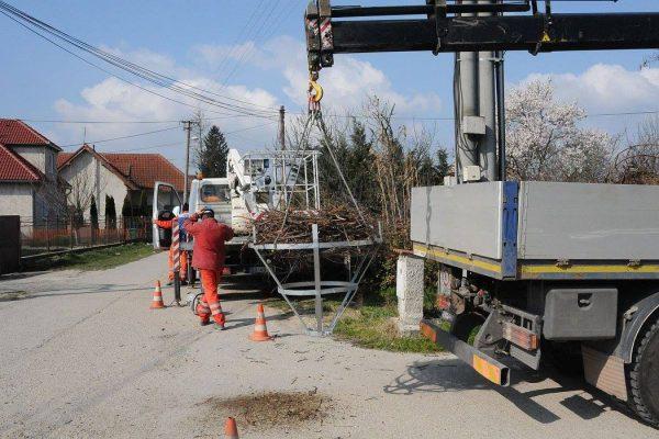 Elektrikári prekladajú hniezdo v Komárne. FOTO - bociany.sk