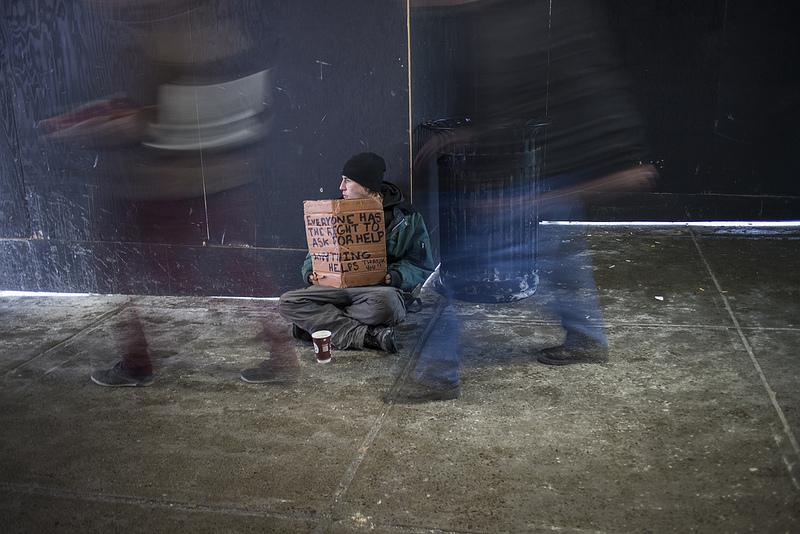Dať žobrajúcemu na ulici peniaze? Na to neexistuje jednoznačná odpoveď