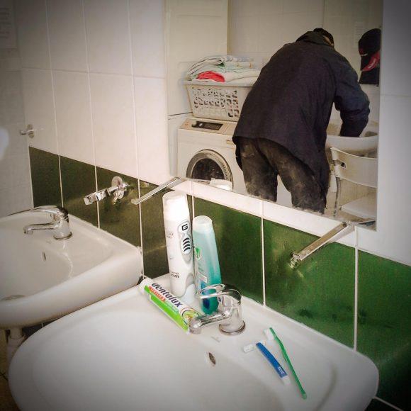 Záber z Domca, kde sú k dispozícii kúpeľňa s práčkou, či jedáleň. Prečítajte si celý príbeh tejto fotky tu. FOTO - Facebook OZ Vagus