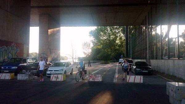 Ani kvetináče nezabránia niektorým autám vo vjazde na cyklotrasu. FOTO - Autorka
