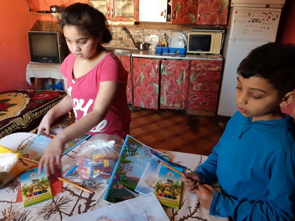 So žiakmi si z čítanky číta po telefóne a učiť ich chodí domov. Monika Podolinská ukazuje, ako aj počas zatvorených škôl nenechať deti bez pomoci