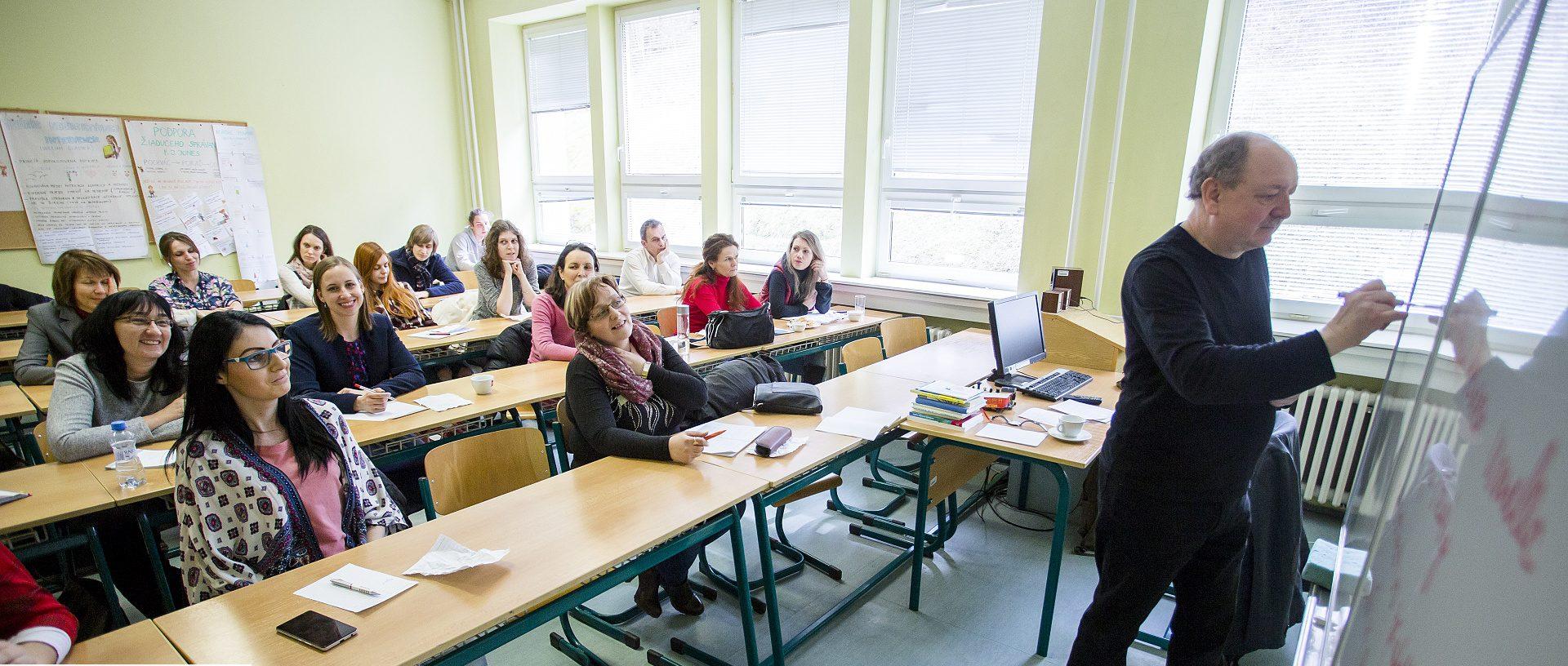 Pripraviť deti na profesie, ktoré dnes ešte ani nemajú meno, sa nedá cez poučky, hovorí spisovateľ Daniel Hevier