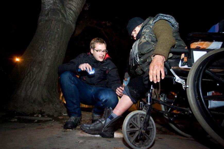 Sergej Kára (naľavo) v akcii počas výjazdu za ľuďmi bez domova. FOTO - Gabriel Kuchta/vagus.sk