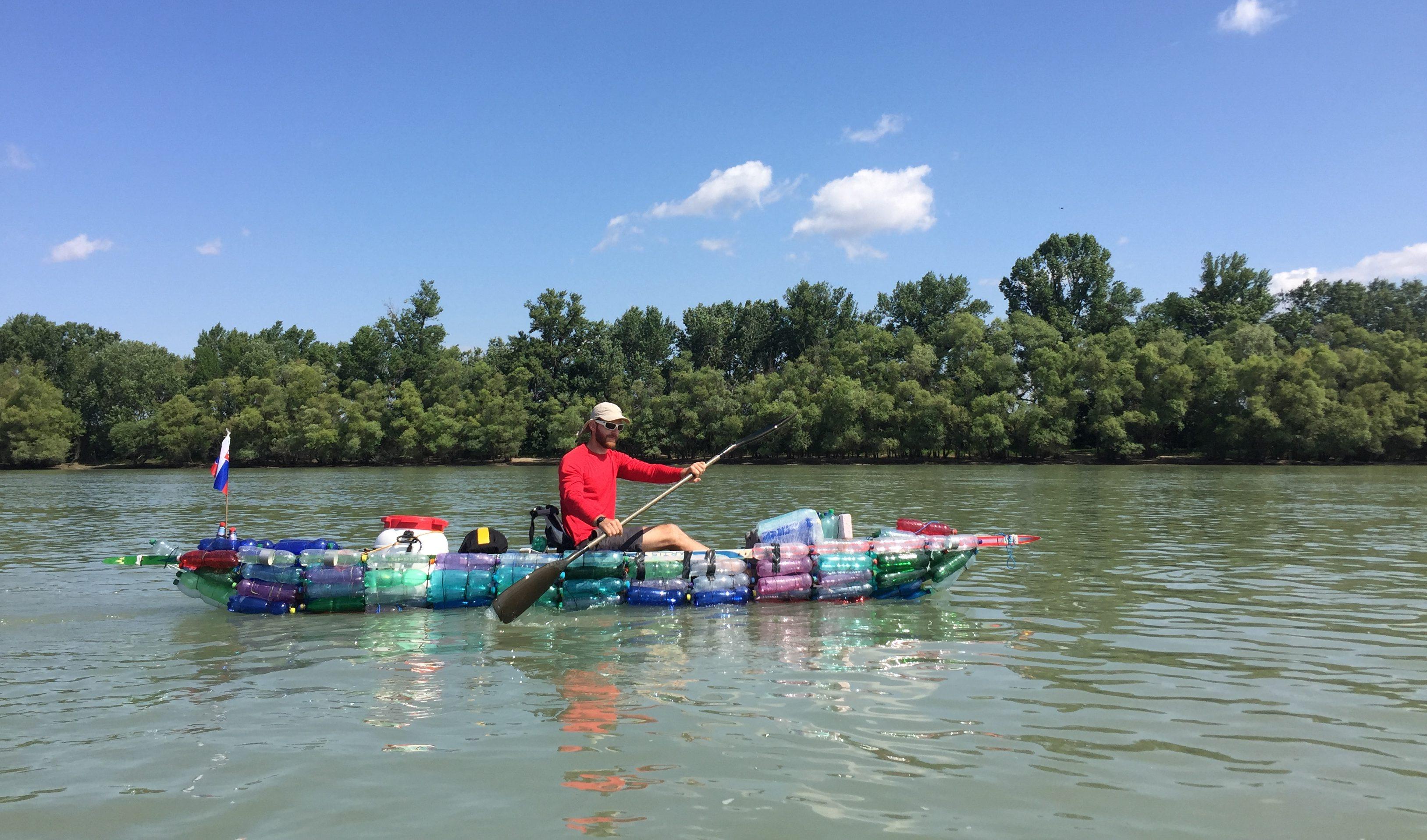 Tomáša už nebavilo pozerať na znečistený Dunaj a lužné lesy. Zvyplavených PET fliaš si postavil kajak avybral sa na protestnú plavbu