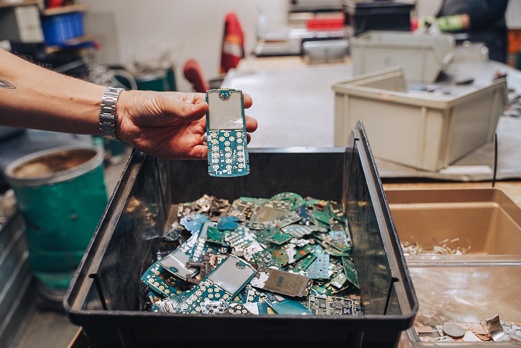 Recyklácia elektroodpadu je ako baníctvo bez baní. Boli sme sa pozrieť v závode na recykláciu