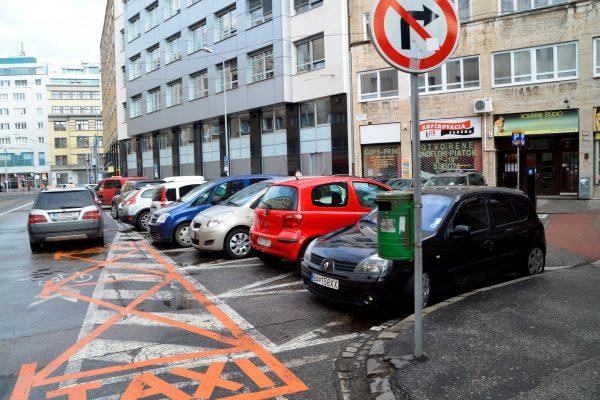 Namiesto priamo musíte ísť doprava, kúsok rovno, doľava. FOTO - Zora Kalka Pauliniová