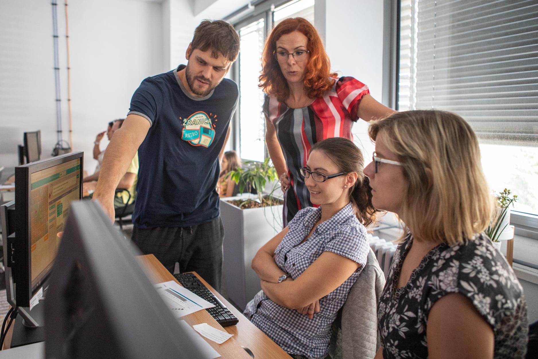Učiť sa digitálnym zručnostiam na informatike nestačí, IT firmy preto ponúkajú vzdelávací kurz pre digitálnych koordinátorov na školách