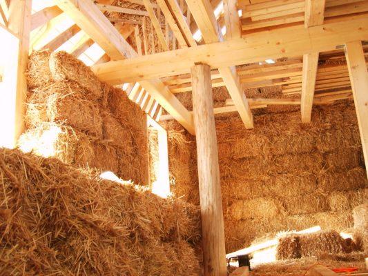 Interiér stavby slameného domu - v tejto fáze je veľmi dôležité dbať na to, aby voľne pohodená slama putovala čo najskôr preč zo staveniska. FOTO - Archív autora