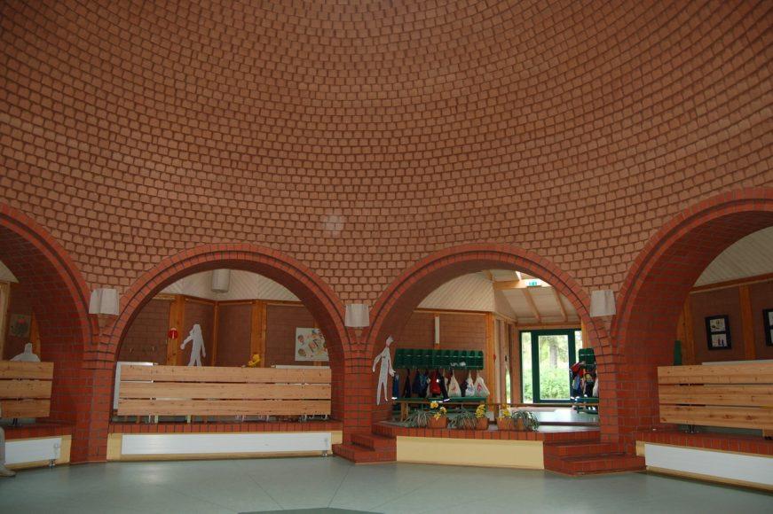 Škôlka s hlinenou kupolou od Gernota Minkeho pri Berlíne. FOTO - Zuzana Kierulfová
