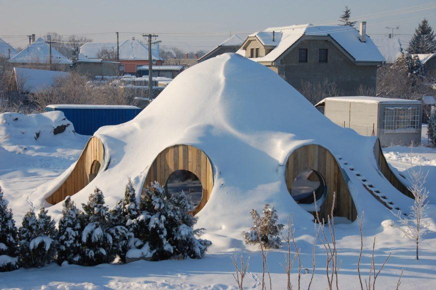 Slamená kupola od Minkeho v Hrubom Šúri, kde sídlia architekti Createrra. FOTO - Bjorn Kierulf