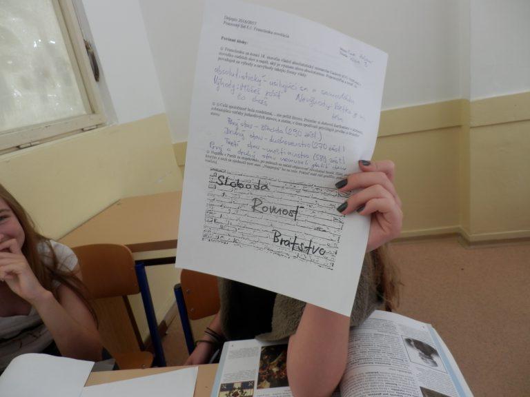 Žiaci sa učia napríklad vypĺňaním pracovných listov. FOTO – Archív MB