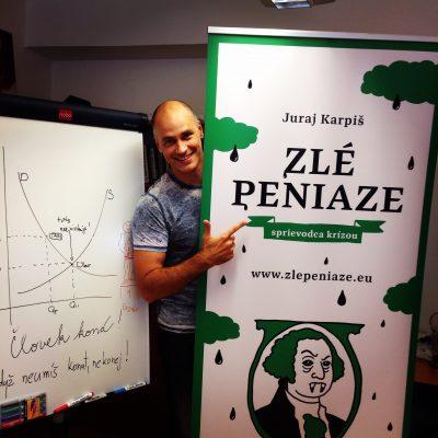 Karpiš s obálkou svojej novej knihy v ktorej vysvetľuje finančnú krízu. FOTO - Archív JK