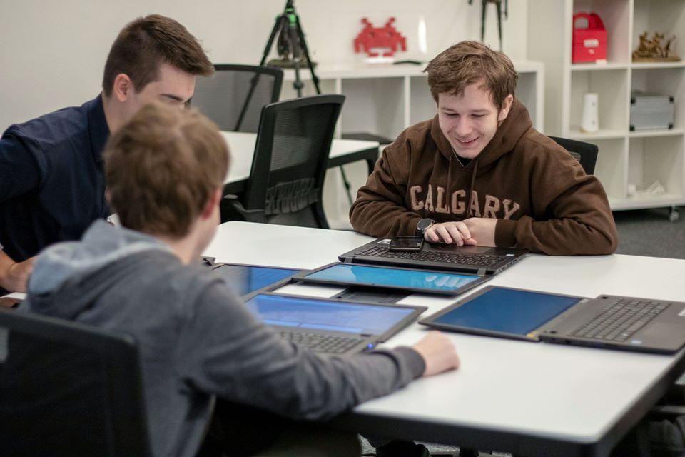 Študentov informatiky učia v OpenLabe ľudia z firiem robiť projekty. Dôležitejšie ako výsledné produkty sú mäkké zručnosti, ktoré takto získajú (+ podcast)