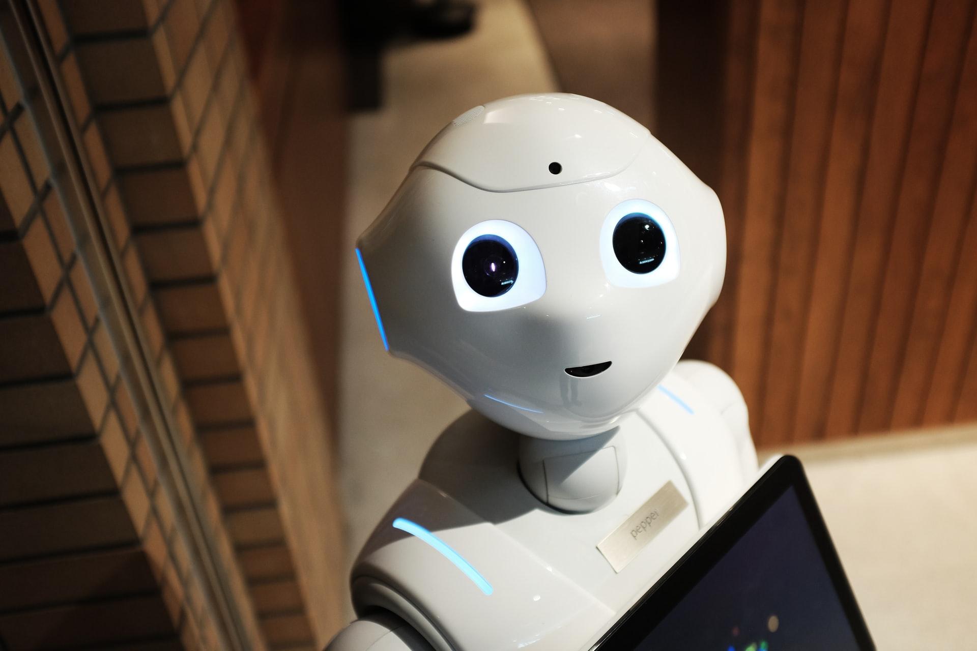 Výskumník digitálnej gramotnosti: Ľudia by radšej videli robota ako policajta než ako lekára (+podcast)