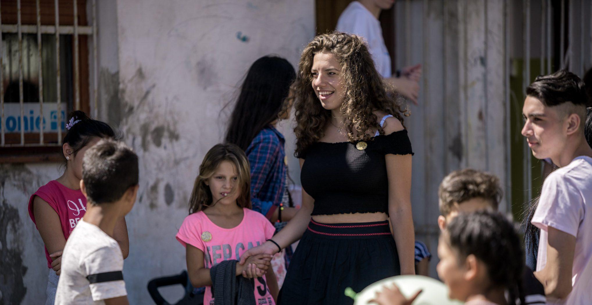 19-ročná študentka Sokratovho inštitútu si zamilovala rómsku kultúru. V divadelnom predstavení chce ukázať, že spolu vieme vychádzať a máme sa od seba čo učiť