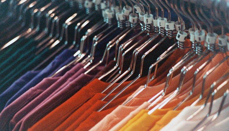 Obnosené oblečenie nemusí skončiť v koši, druhý život mu dá burza či priatelia