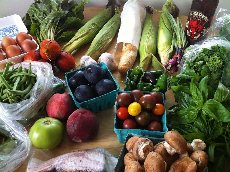 Nepredané potraviny dávajú obchody do banky, domácnostiam chystajú verejné chladničky
