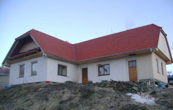Jeden z prvých troch štandartných slamených domov v Zaježovej. FOTO - Archív autora