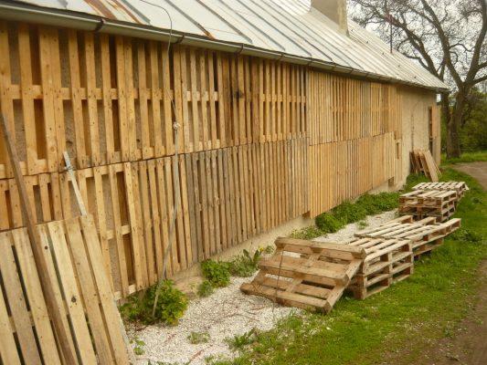 Kreatívne využitie paliet a pilín s hoblinami na zaizolovanie kamenného obvodového múru. Aj tu platilo, že materiál bol skoro zadarmo, ale časové náklady boli vysoké. FOTO - Archív autora