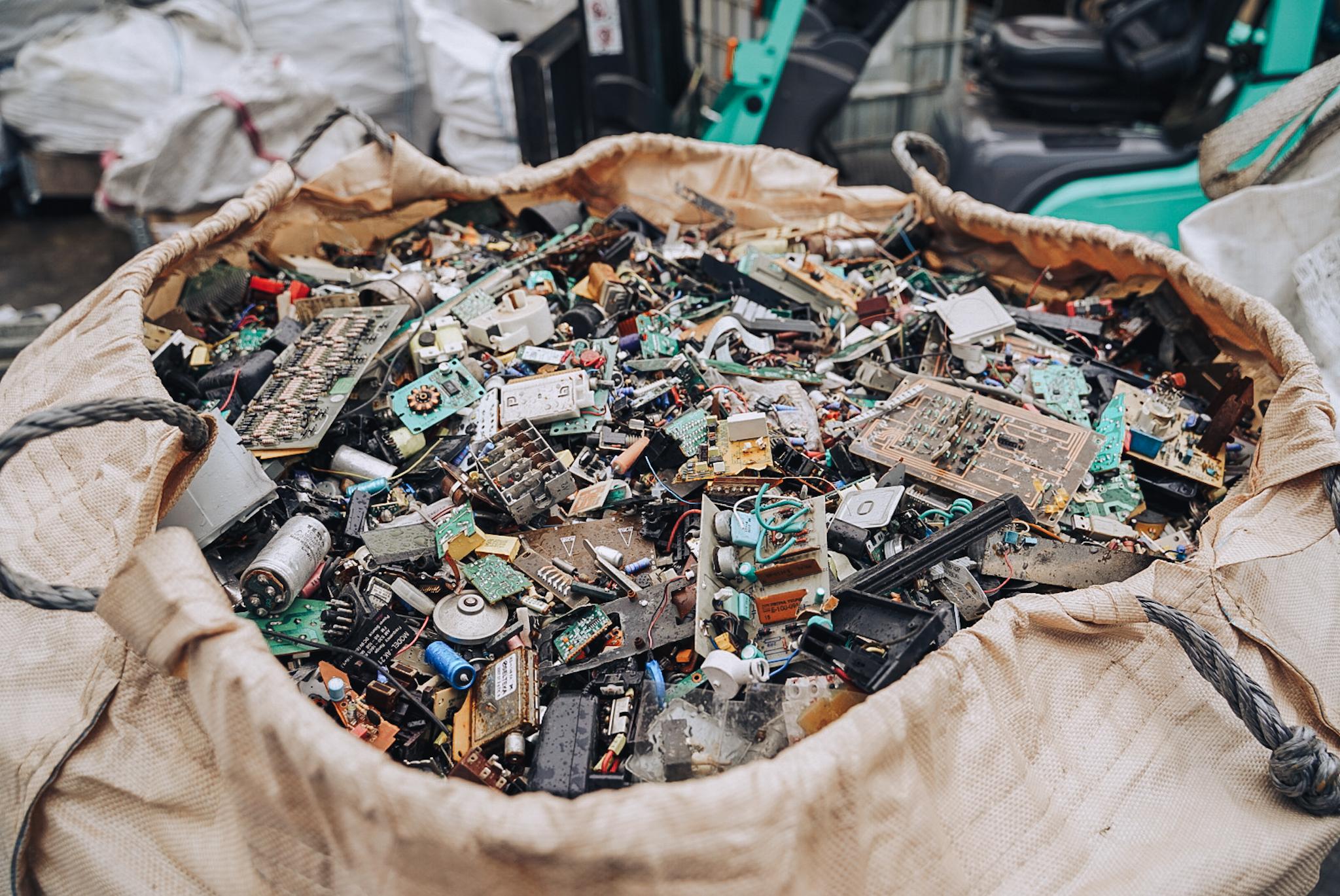 Podomoví zberači odpadu sú nebezpeční, spravidla na to nemajú žiadne povolenie, hovorí odborník na elektroodpad z Natur-Packu (+podcast)