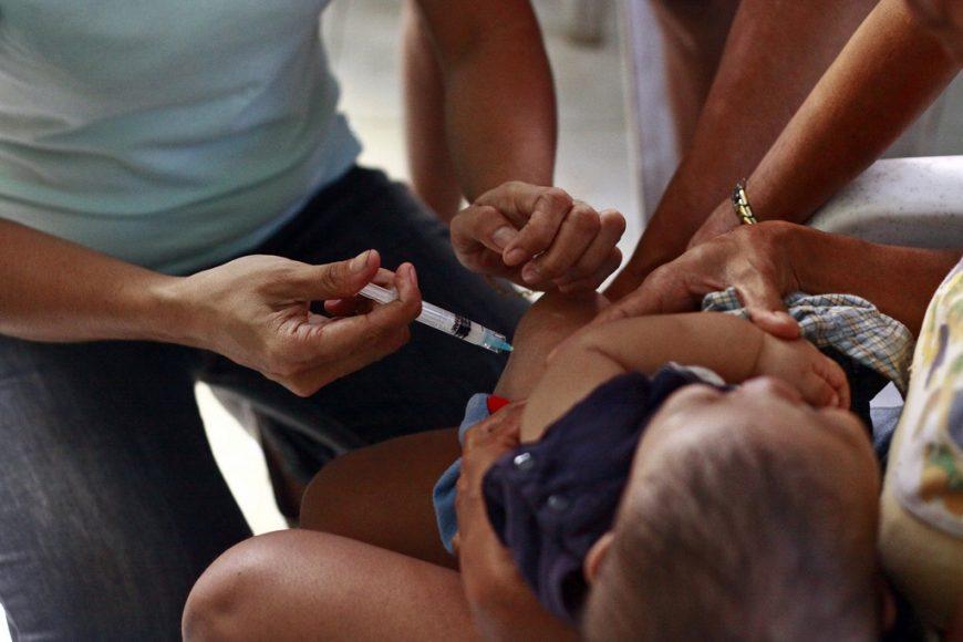Človek, ktorý už nie je dieťaťom, sa dokáže s vakcínou lepšie vysporiadať. Photo credit: World Bank Photo Collection via Foter.com / CC BY-NC-ND