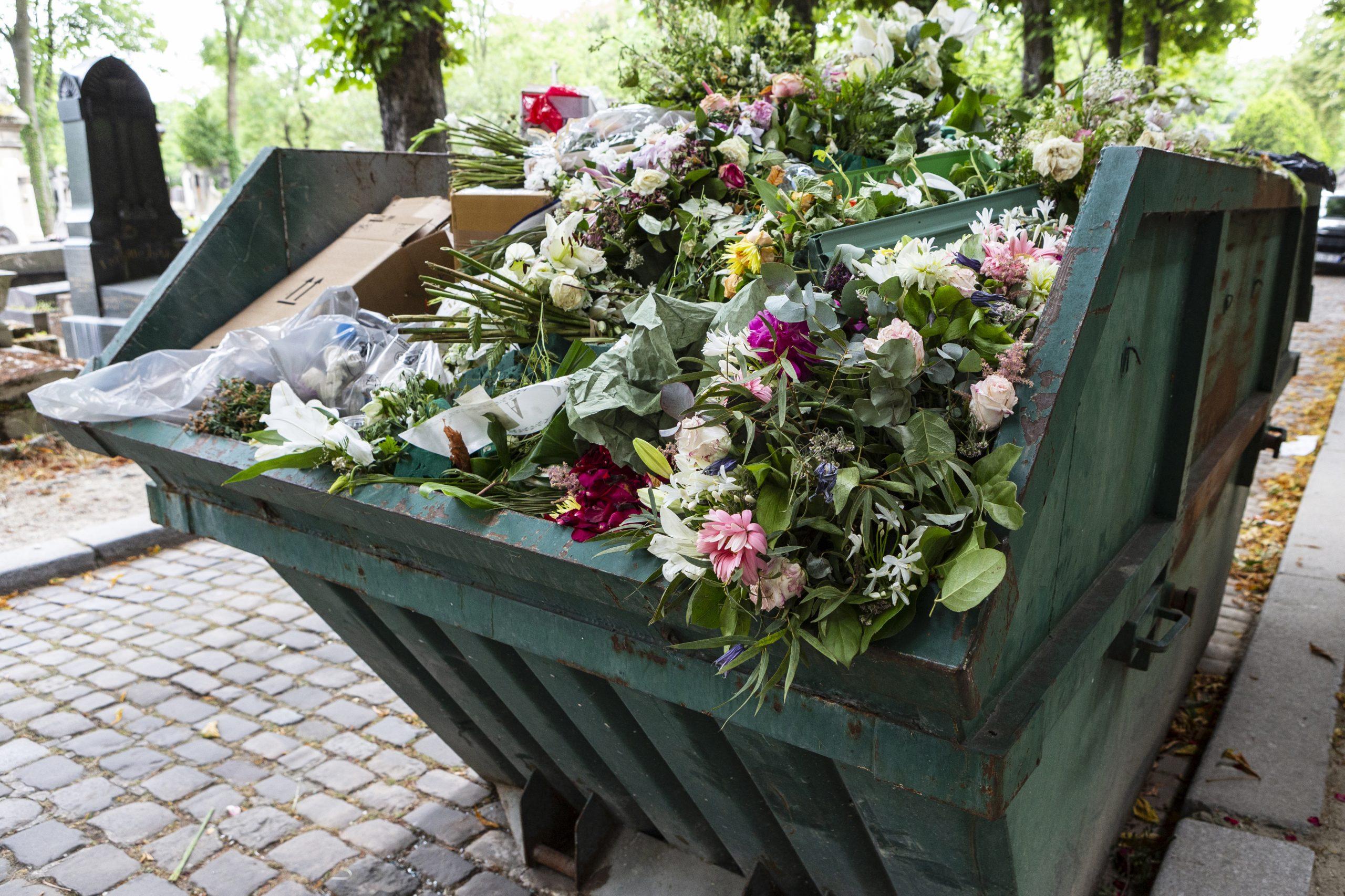Triedenie odpadu na cintorínoch funguje zle. Môžu za to materiály, ktorými zdobíme hroby