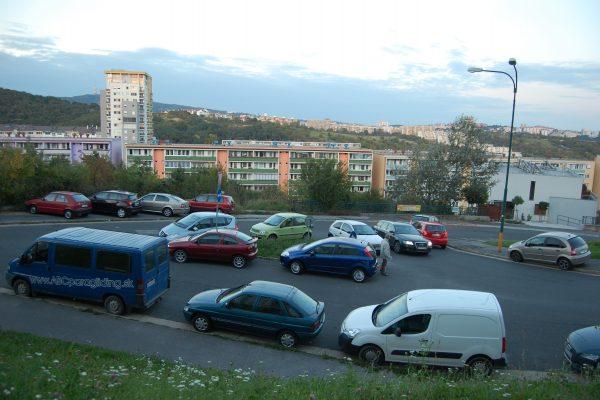 Autá veľkú časť života stoja na parkovisku.