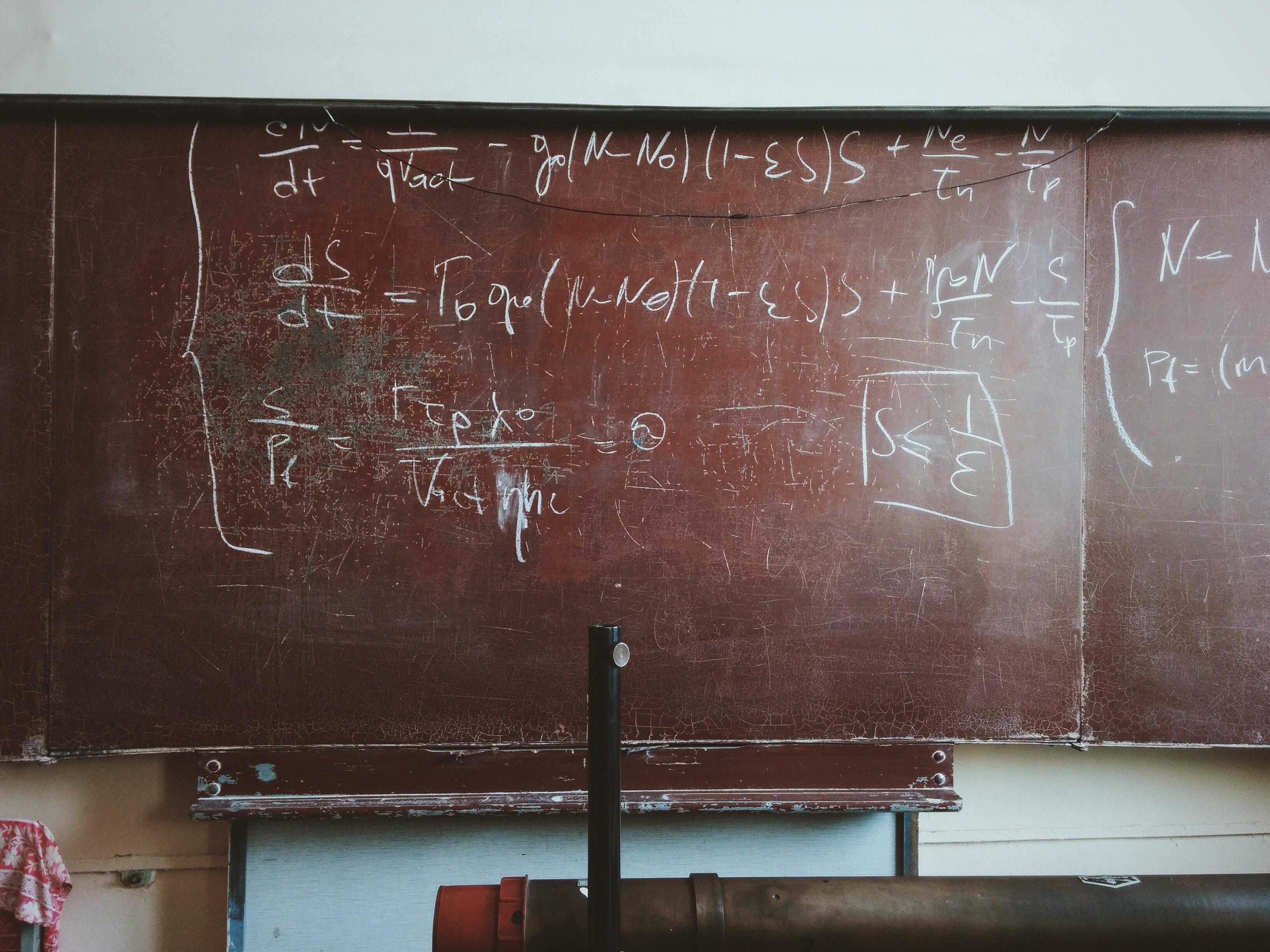 Slovenským učebniciam zúfalo chýba dej a deti potom nechápu súvislosti, hovorí profesor, ktorý napísal učebnicu fyziky, matematiky a slovenčiny v jednom