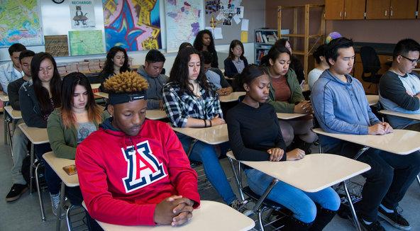 Na problémových školách v USA zaviedli meditácie. Radikálne sa tam znížila miera násilia a narástol počet pochvál