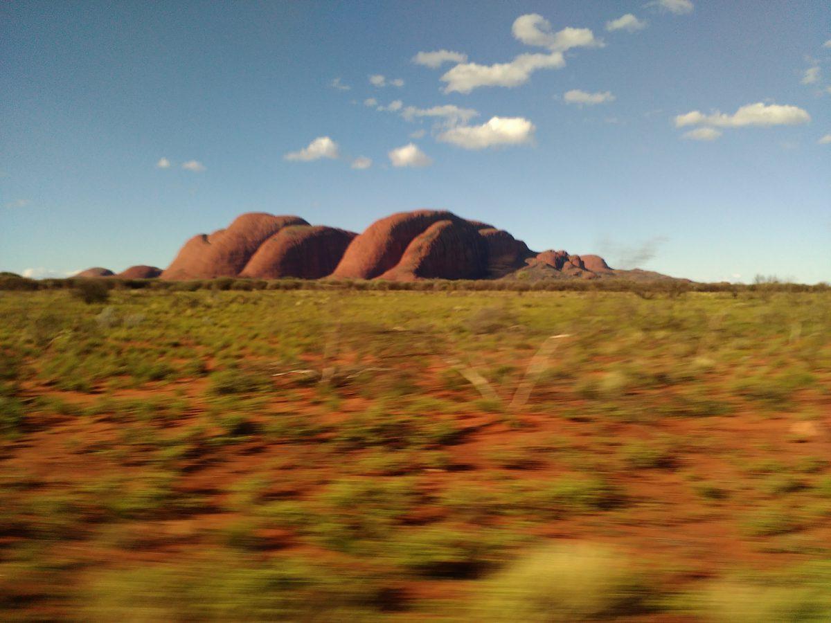 Uluru len z diaľky