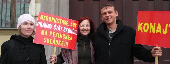 Pavol Žilinčík s Evou Kovačechovou a Zuzanou Fialovou z Via Iuris na proteste proti pezinskej skládke. FOTO - nechcemeskladku.szm.com